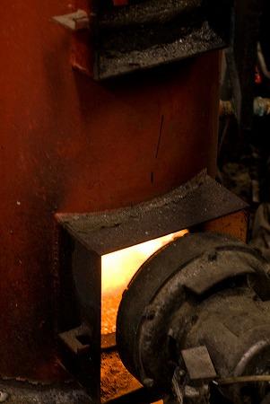 ボイラーで蒸気を作ります