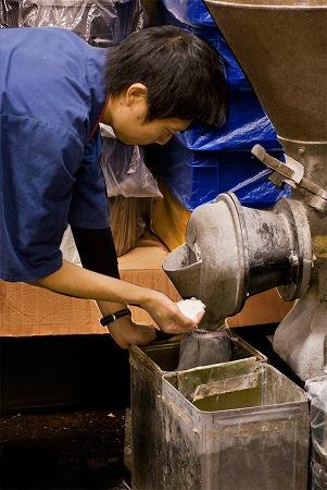 お米を粉にする製粉をします。
